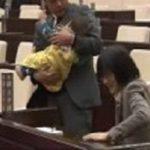 【唖然】熊本市議会で赤ちゃん連れ議員の出席認められず…でも、世界にはこんなにいますwww